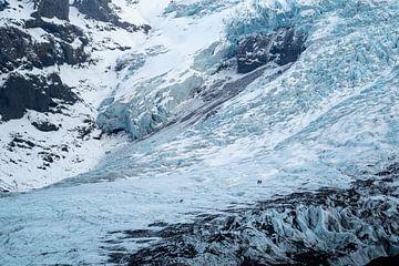 Les gens marchant sur un glacier en Islande sur Thomas Kuipers