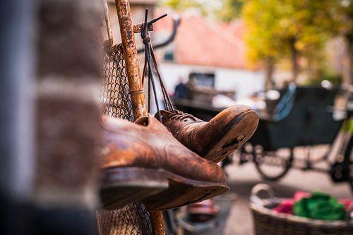 Versleten ouden leren schoenen opgehangen aan schoenveter