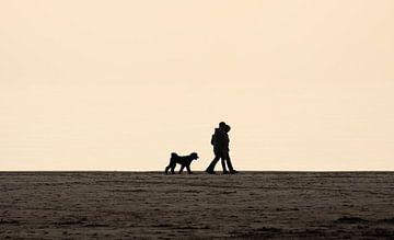 Wandelen over het strand in Zoutelande van MSP Canvas
