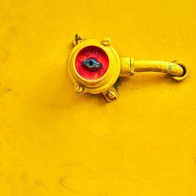 Schakelaar in rood en op geel van Jenco van Zalk