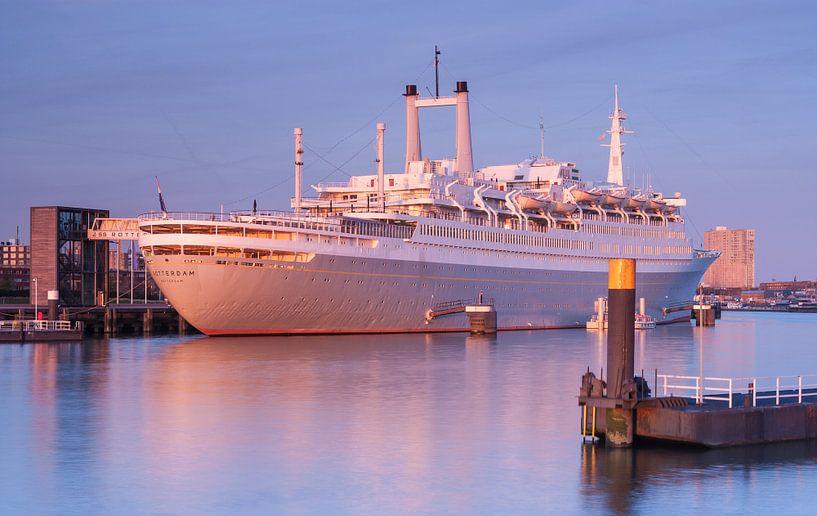 SS Rotterdam at sunset van Ilya Korzelius