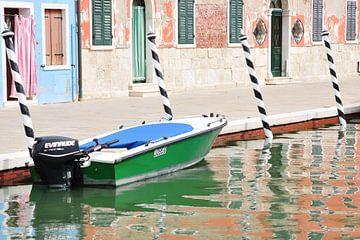 Motorboot en gekleurde huizen op Burano (Venetië , Italië) van Marc Smits