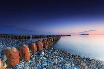 Buhnen im Sonnenuntergang am Strand von Rügen von Frank Herrmann