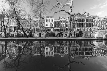 Das alte Tivoli an der Oudegracht von Utrecht im Winter in schwarz-weiß von De Utrechtse Grachten