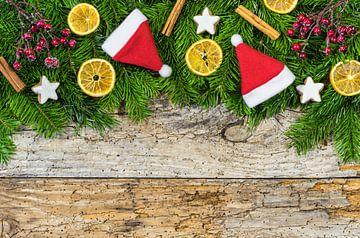 Advent of Kerstmis achtergrond met Kerstmuts, dennenboom van Alex Winter