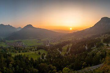 Zonsondergang bij de Oberjochpas boven Bad Hindelang van Leo Schindzielorz
