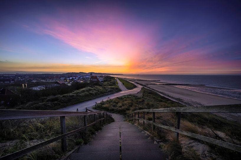 Kleurrijke lucht bij zonsopkomst Zoutelande van Thom Brouwer