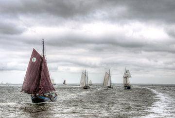 Zeilschepen op de Waddenzee van Watze D. de Haan