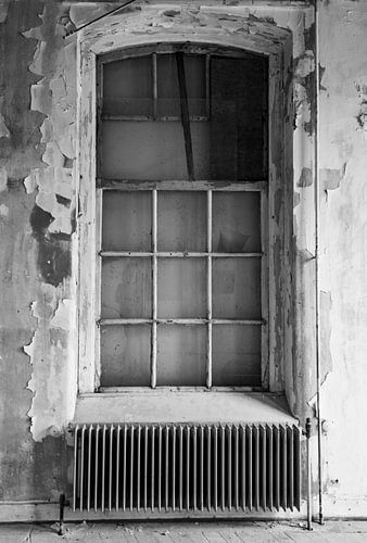Verlaten schoolgebouw interieur in zwart-wit