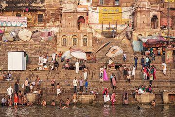 Les pèlerins hindous prennent un bain sacré dans les couloirs du fleuve sacré sur Tjeerd Kruse