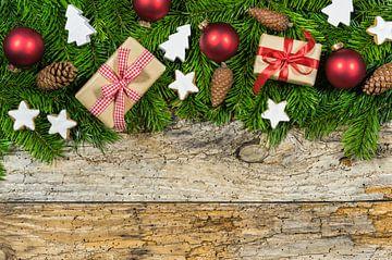 Kerstversiering met geschenken, rode ballen van Alex Winter