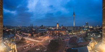 Berlin Skyline am Alten Stadthaus zur Blauen Stunde von Jean Claude Castor