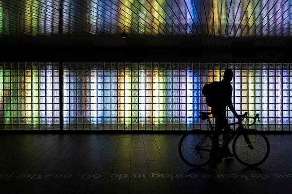Silhouet van een fietser in de noordertunnel bij Utrecht CS