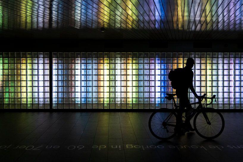 Silhouet van een fietser in de noordertunnel bij Utrecht CS van Peter Nederlof