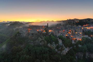 Sorano bij zonsopgang van Robin Oelschlegel