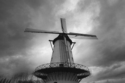 """foto van de Molen """"de goede hoop"""" in Menen met een dramatische wolkenlucht in zwart wit. B"""