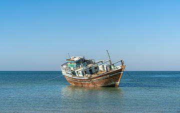 Dhow in de Arabische Zee van de kust van Oman van Jeroen Kleiberg