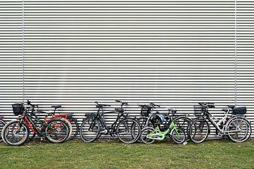 Des vélos sur une façade sur Heiko Kueverling