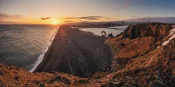 Péninsule de Dyrhólaey en Islande au coucher du soleil sur Jean Claude Castor