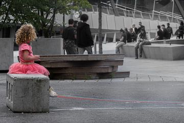 Klein meisje in de grote stad von Cilia Brandts
