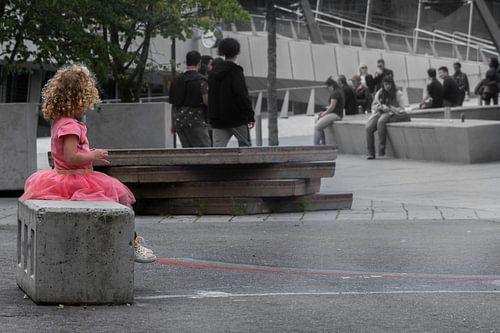 Klein meisje in de grote stad