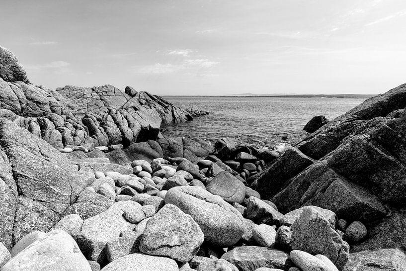Rotsen in de grote Oceaan - Zwart / Wit  (B) van Remco Bosshard