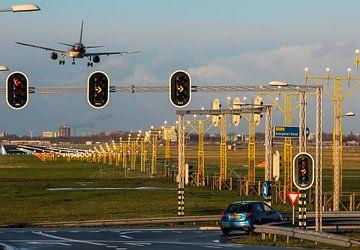 Landend vliegtuig op verlichte landingsbaan Schiphol van Robin Smeets