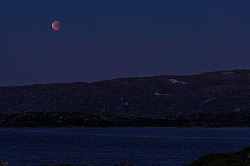 Bloedmaan boven de bergen van Telemark en Hordaland in Noorwegen van Wouter Loeve