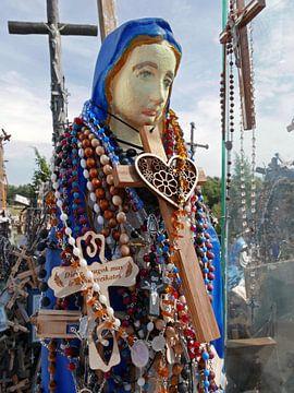 Beeld van de Heilige Maria op de pelgrimsheuvel van Siauliai in Litouwen van Gert Bunt