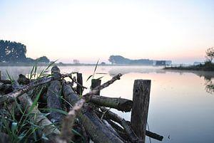 Mist boven het water bij zonsopkomst