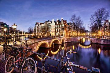 Schemerfoto van Amsterdamse grachten van Frans Lemmens