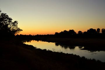 Zonsondergang bij de Shingwedzi rivier, Kruger park, Zuid Afrika van Vera Boels