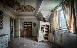 Baufälliger Raum mit Schränken