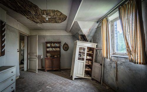 Vervallen kamer met kasten van