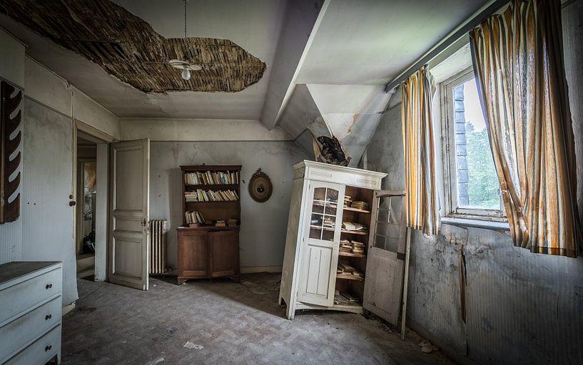 Baufälliger Raum mit Schränken von Inge van den Brande