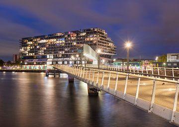 Le pont de Rijnhaven illuminé au crépuscule sur Tony Vingerhoets
