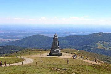 Monument op de top van de Grand Ballon, met 1.424 meter de hoogste top in de Vogezen (Elzas, Frankri van Udo Herrmann