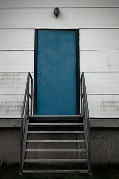 Gesloten buitendeur van Nellefabriek van Mary Romijn