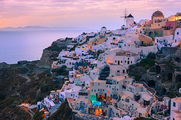 The town of Oia during sunset on Santorini, Greece van Henk Meijer Photography