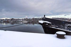 Uitzicht over de Warnow naar de Hanzestad Rostock in de winter