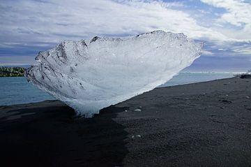 Eisblock am Diamond Beach, Island von Discover Dutch Nature