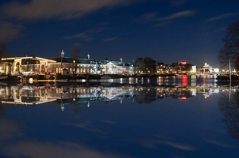 Amsterdam over het water met theater Carre van Brian Morgan