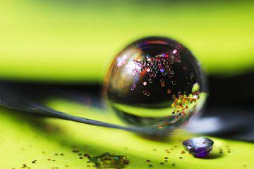 Voorjaarskleuren in een waterdruppel van Kvinne Fotografie