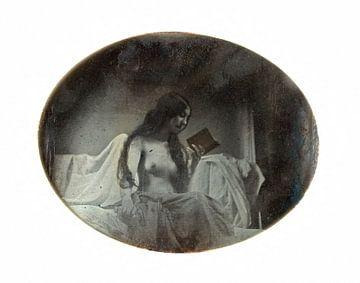Pinup, jonge vrouw leest een boek op bed, sexy foto tussen 1842 en 1846 van Atelier Liesjes
