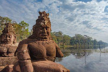 Brug met standbeelden van goden en demonen bij de Zuidpoort van Angkor Thom in Angkor, Siem Reap-pro van WorldWidePhotoWeb