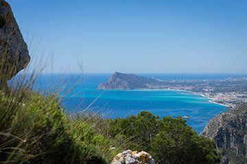 Uitzicht op de kust en de Middellandse Zee in Benidorm van Montepuro