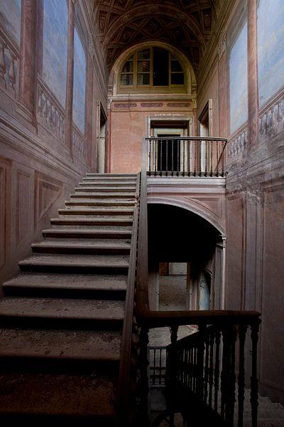 trappenhuis in verlaten villa van urbex lady
