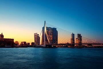 Panorama der Stadt Rotterdam und der Erasmusbrücke über die Nieuwe Maas bei Sonnenaufgang von Tjeerd Kruse