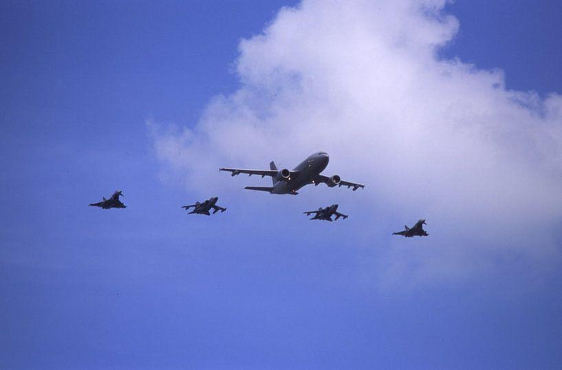 Airbus A310-304 MRTT der Luftwaffe mit 2 x Tornado, 2 x  Eurofighter van Joachim Serger