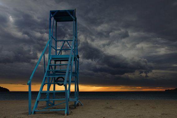 Verlaten strandwacht op Kreta van Hans van den Beukel